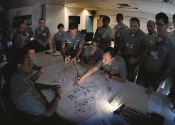 Na Escola de Guerra Naval (EGN), no Rio de Janeiro, oficiais são treinados para tomar decisões de curto prazo, como uma ofensiva, e também planejar ações mais amplas, com impactos diplomático e humanitário. Foto: Antonio Scorza / Agência O Globo