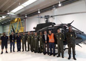Equipe do Exército e da Helibras durante o recebimento na fábrica em Itajubá Crédito: Helibras