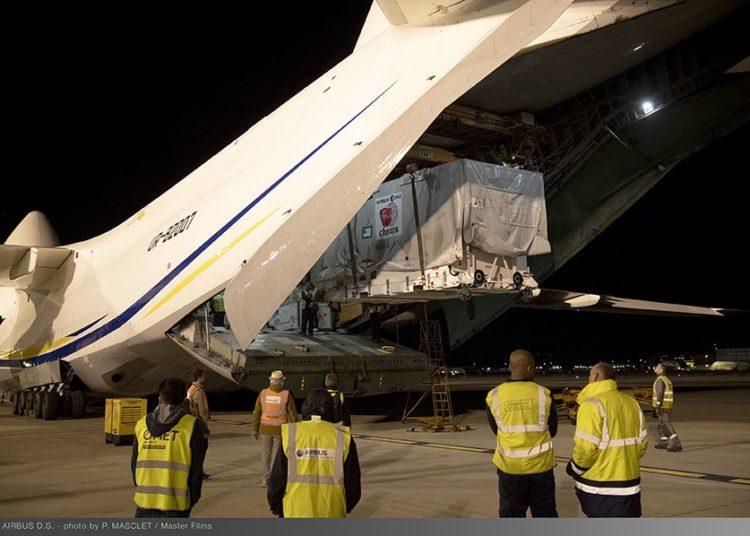 O contêiner do CHEOPS sendo carregado em um avião cargueiro Antonov, juntamente com um outro satélite da Airbus