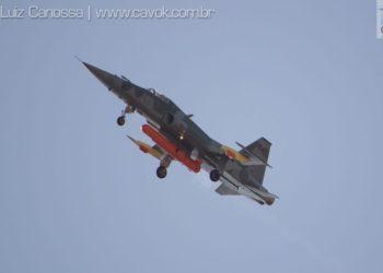 O F-5EM sobrevoa Canoas com o MICLA-BR