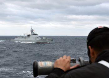 Um membro da JMSDF a bordo do destróier JS Samidare observa o destróier chinês Taiyuan durante um exercício conjunto ao sul do Japão na semana passada-Foto JMSDF