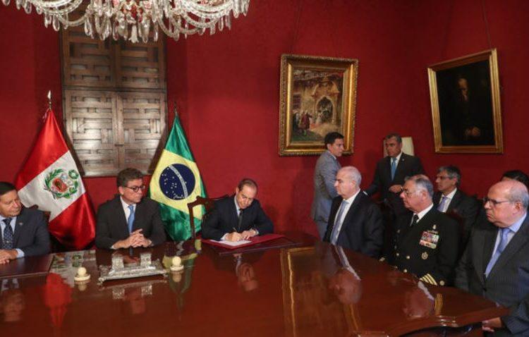 """Vice-Presidente do Brasil, Hamilton Mourão e o Ministro da Defesa do Peru, Walter Martos, durante a assinatura da """"Declaração de Intenções"""""""