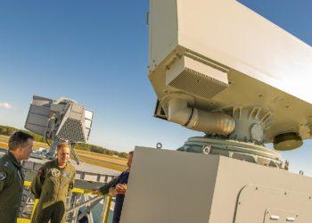 CA Shane Gahagan, Diretor Executivo de Programas Táticos de Aeronaves do Escritório Executivo do Programa à esquerda e Cap. Kevin Watkins, gerente do programa do Escritório do Programa de Sistemas de Gerenciamento de Tráfego Aéreo Naval com o novo radar de tráfego aéreo a bordo, AN / SPN-50 durante uma demonstração no campo de Webster da divisão de aeronaves do Naval Air Warfare Center - Foto US Navy
