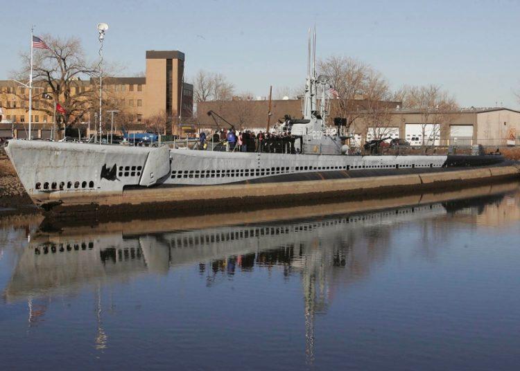 O USS Ling, um submarino da Segunda Guerra Mundial, está ancorado no Museu Naval de Nova Jersey em Hackensack, NJ, em 27 de janeiro de 2006. RICH SCHULTZ / AP