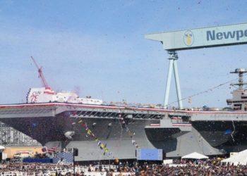 Mais de 20.000 convidados participaram da cerimônia de batismo do porta-aviões John F. Kennedy (CVN 79) na divisão de construção naval de Newport News. Foto de Ben Scott