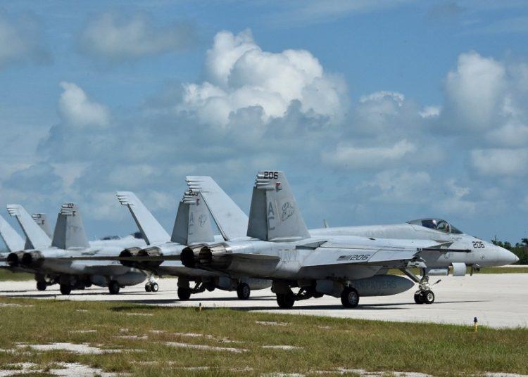 Caças F / A-18E Super Hornet se preparam para decolar. Foto Danette Baso Silvers - US Navy