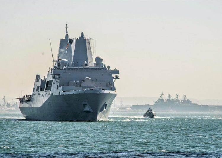 O USS New Orleans (LPD 18) deixa San Diego para o seu novo porto na Base Naval de Sasebo, no Japão, Foto Nelson Doromal