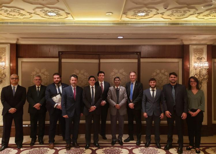 Um dos diretores do Conselho Diretor da ABIMDE, Rodrigo Modugno (5º da esq. pra dir.), e representantes de empresas associadas em seminário na Índia