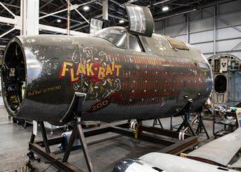 """A seção frontal do Marauder Martin B-26B-25-MA """"Flak-Bait"""", restaurada no Centro Udvar-Hazy em janeiro de 2020, estava anteriormente em exibição na seção da Segunda Guerra Mundial do Museu Aéreo e Espacial do Smithsonian em Washington, DC ."""