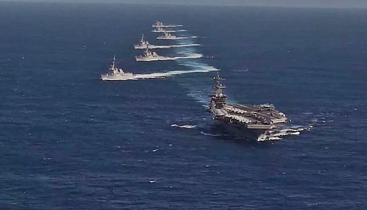 USS Theodore Roosevelt Carrier Strike Group em formação