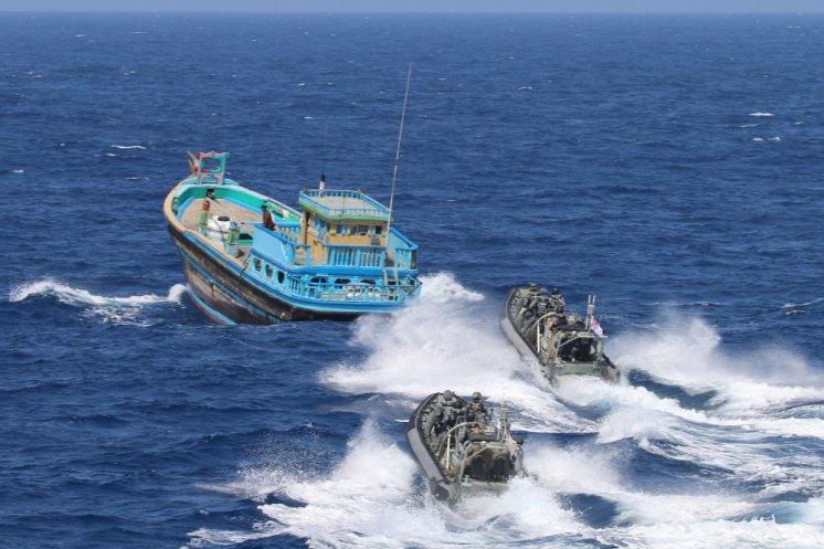 Embarcação Zodiac Milpro Hurricane da Marinha australiana abordando um barco pirata - Foto: Commonwealth of Australia