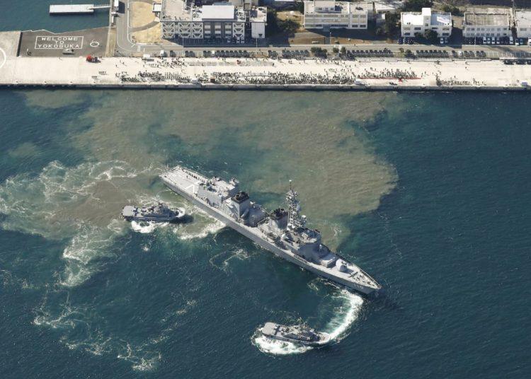 """O destróier da Força de Autodefesa Marítima do Japão """"Takanami"""" parte para o Oriente Médio da Base Naval de Yokosuka.     FOTO: Kyodo / via REUTERS"""