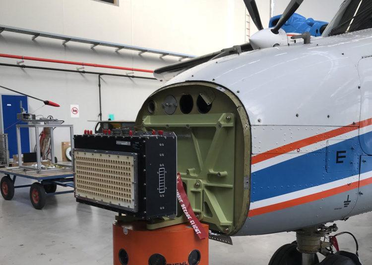 O sistema de aviso de colisão com drones do HENSOLDT pronto para decolar, para ser visto aqui a antena do demonstrador do radar. Foto: HENSOLDT