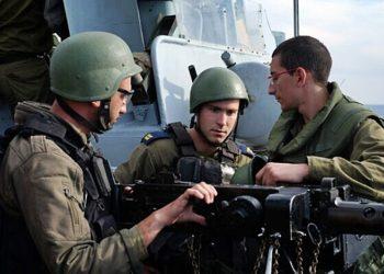 Marinheiros israelenses se preparam para disparar uma metralhadora durante um exercício naval na costa da cidade de Haifa, no norte de Israel, em 3 de fevereiro de 2020. (Judah Ari Gross / Times de Israel)