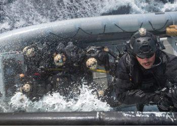 Membros do Grupo de Operações Táticas Naval a bordo do HMCS Halifax fazem rapel em um barco inflável de casco rígido de operações especiais como parte de exercícios de treinamento durante a Operação Reassurance 2019.