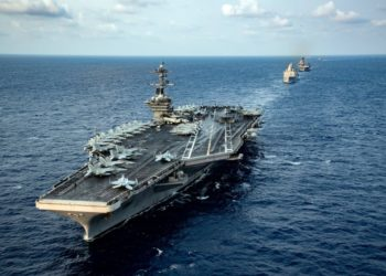Os navios do Theodore Roosevelt Carrier Strike Group e do America Expeditionary Strike Group transitam pelo Mar da China Meridional - Foto Brandon Richardson
