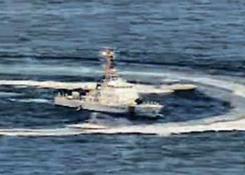 Uma captura de tela de um vídeo mostra barcos iranianos manobrando perto de um navio dos EUA no Golfo Pérsico, em 15 de abril de 2020. US NAVY