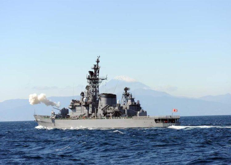 O destróier japonês JS Shimakaze teria colidido com um navio de pesca chinês no mar da China Oriental, segunda-feira, 30 de março de 2020.
