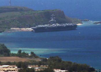USS Theodore Roosevelt atracado na Base Naval de Guam
