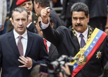 Nicolás Maduro e Tareck El Aissami saúdam os partidários. Tanto Maduro como El Aissami são suspeitos de envolvimento com o Cartel dos Sóis. Foto:JUAN BARRETO / AFP)