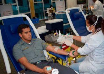 Em estrutura montada pelo Hemorio no Salão Nobre da Escola Naval, Aspirante Victor doa sangue