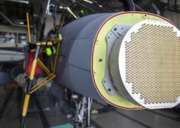 """O novo conjunto AESA da Saab, visto aqui instalado no JAS 39D """"800"""", tem pouco menos de 1.000 módulos de transmissão / recepção de nitreto de gálio. (Foto: Saab)"""