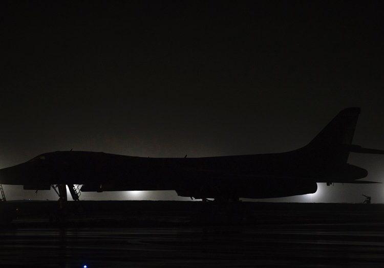 Um bombardeiro B-1B Lancer na linha de vôo da Base Aérea de Andersen, Guam, sexta-feira, 1 de maio de 2020. Foto Bruce Rio