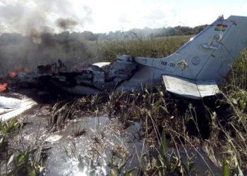 Os restos de uma aeronave da Força Aérea Boliviana queimam após cair perto de Trinidad, Bolívia, sábado, 2 de maio de 2020. Foto AP / Kevin Bustamante