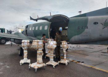 FAB tranmsportando respiradores revisados pelas Forças Armadas