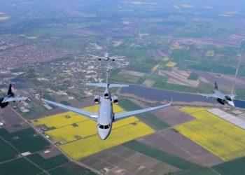 Aeronaves da Força Aérea da Hungria voando em formação.