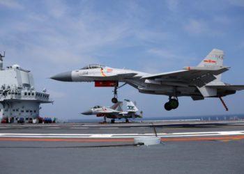 Caças chineses operando a bordo do porta aviões Shandong