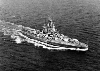 Encouraçado USS Nevada navegando perto da costa atlântica dos EUA em 17 de setembro de 1944. US Navy