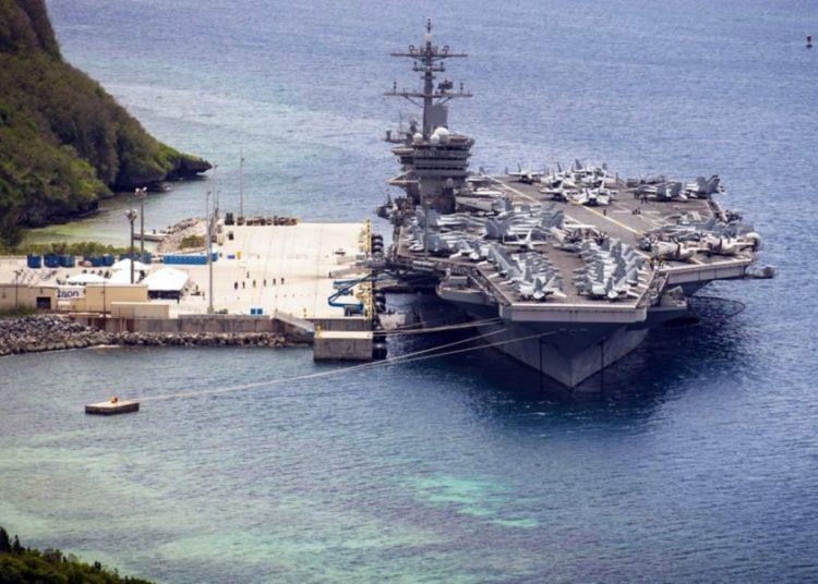 O porta-aviões USS Theodore Roosevelt estava atracado na Base Naval de Guam, na sexta-feira, 15 de maio de 2020.