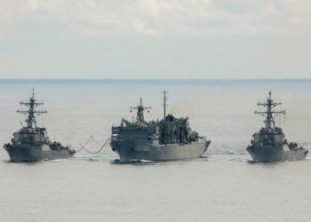 Os destróieres da Marinha dos EUA USS Porter, à esquerda, e USS Donald Cook, à direita, reabastecendo com o USNS Supply enquanto operavam com a fragata HMS Kent, não aparecendo na foto,