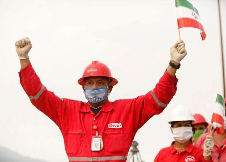 Funcionário da PDVSA comemora a chegada do NT iraniano à Venezuela