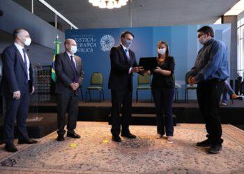 Presidente Bolsonaro entrega a família a de reconhecimento pelo trabalho do soldado Trarbach