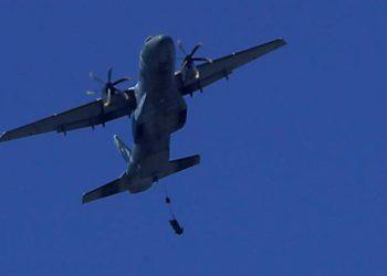 C-105 Amazonas com o soldado preso a fita durante o salto