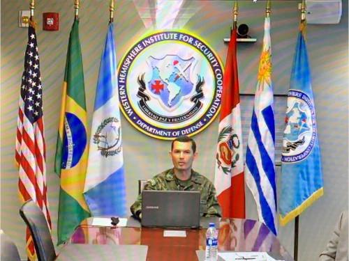 Capitão de Corveta (FN) Manhães durante apresentação no Instituto de Cooperação de Defesa dos EUA para o Hemisfério Ocidental