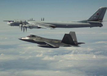 F-22 interceptando bombardeiro russo próximo ao Alaska - FOTO NORAD