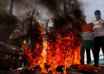 Manifestantes queimam produtos chineses durante protesto em Nova Délhi. Reuters - Anushree Fadnavis