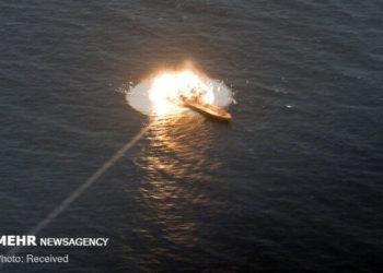 Alvo é atingido pelo míssil anti-navio iraniano