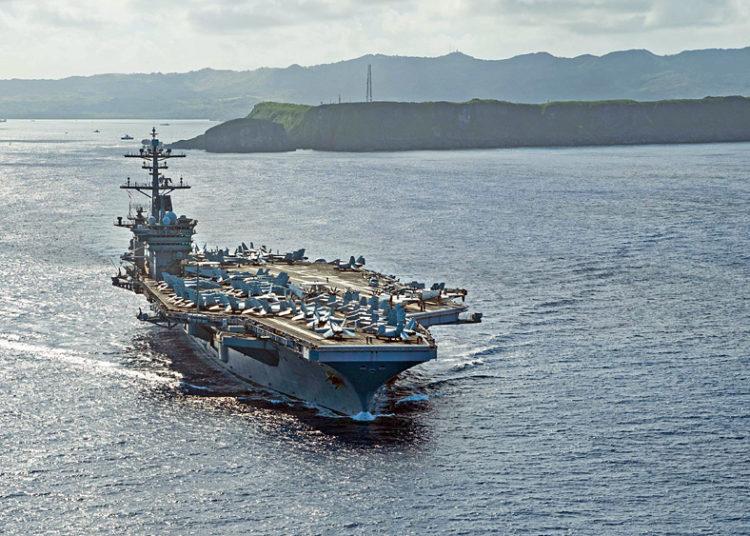 Porta aviões USS Theodore Roosevelt (CVN 71) deixando a base naval em Guam .