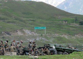 Soldados indianos descansam em acampamento improvisado perto de Baltal, a caminho de Ladakh, na fronteira com a China, na terça-feira (16) — Foto: Reuters/Stringer