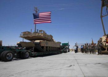 Os últimos carros de combate designados para o 1º Tank Battalion partem do Centro de Combate Terrestre Aéreo do Corpo de Fuzileiros Navais Twentynine Palms, Califórnia, CFN dos EUA / SGT Courtney White