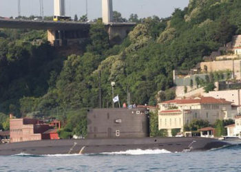 Um submarino da classe Kilo passa pela ponte Fatih Sultan Mehmet Bridge no Bósforo, navegando com a bandeira da Rússia Foto YÖRÜK IŞIK