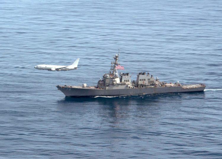 Uma aeronave P-8A Poseidon voa ao lado do destróier de mísseis guiados da classe Arleigh Burke USS Porter (DDG 78) durante FOTEX em 29 de março de 2020, no Oceano Atlântico. (Foto Juan Sua)