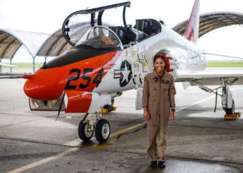 A Lt. j.g. Madeline Swegle, designada para o Esquadrão de Treinamento Redhawks (VT) 21 na Estação Aérea Naval de Kingsville, Texas, posou ao lado da aeronave de treinamento T-45C Goshawk após seu voo final para concluir o programa de treinamento de pilotos de graduação da Tactical Air (Strike), 7 de julho , 2020.