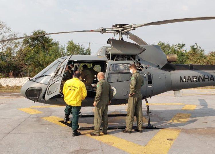 Decolagem da aeronave UH-12 Esquilo, da Marinha, para reconhecimento da área, com o IBAMA e o Corpo de Bombeiros