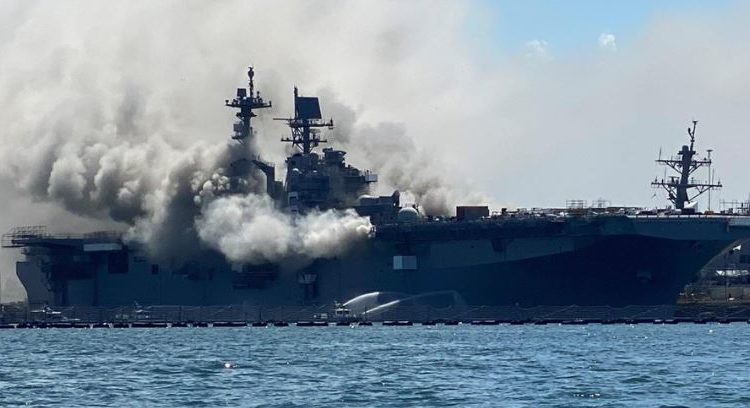USS Bonhomme Richard na BN de San Diego - Califórnia
