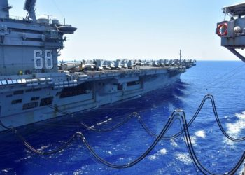Porta-aviões norte-americano USS Nimitz é reabastecido no Mar do Sul da China 07/07/2020 Marinha dos Estados Unidos/Christopher Bosch/REUTERS
